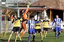 FK Nové Sady (ve žlutém) remizoval s Hranicemi 1:1.