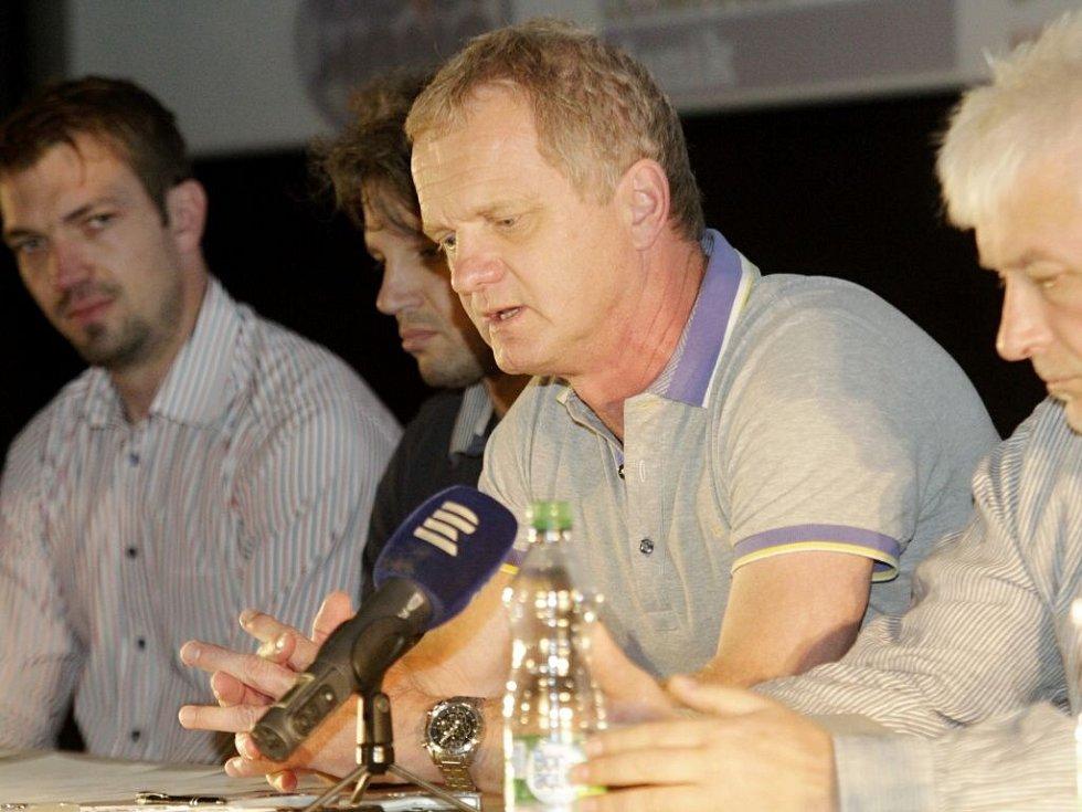 Trenér Zdeněk Venera (druhý zprava). Tiskovka HC Olomouc před startem nové extraligové sezony 2015/16