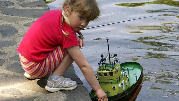Lodní modely na jezírku ve Smetanových sadech