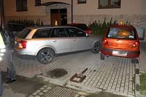 Audi s opilým řidičem nabouralo zaparkovaná auta v Pavlovičkách