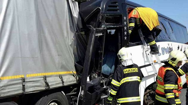 Srážka autobusu a kamionem na D35 u Litovle