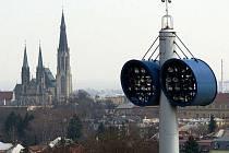 Katedrála sv. Václava a reflektory Androva stadionu