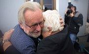 Petr Pithart obdržel v Olomouci cenu Pelikán 2017, kterou uděluje redakce časopisu Listy. Srdečně se i setkal se svým kolegou z Charty 77 Tomášem Hradílkem.