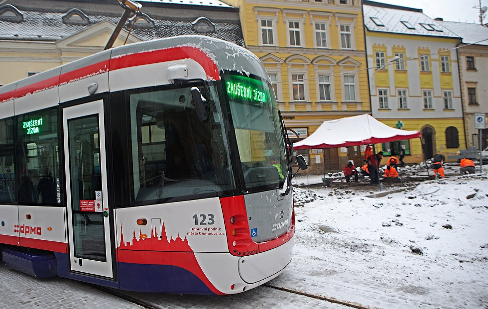 První zkušební jízda tramvají na nově zrekonstruované trati v ulici 8. května v Olomouci. 3. prosince 2020