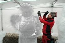 Václav Lemon dokončuje ledovou sochu řezníka na olomoucký masopust.
