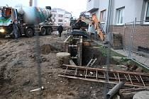 Obyvatelé nábřežních domů u Bristolu se obávají poškození nemovitostí vlivem stavby protipovodňových opatření. Na snímku pohyb techniky těsně u domu a výkopy.