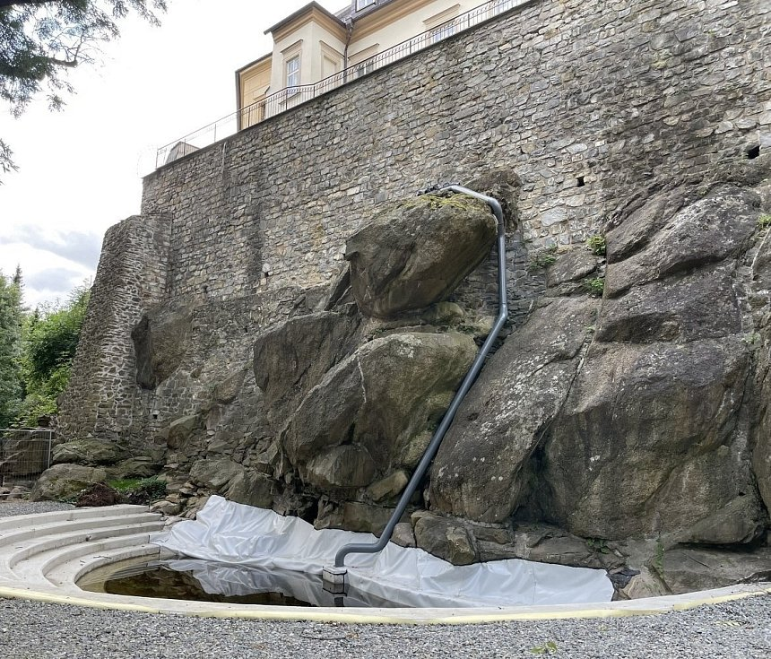 Stavba vodopádu v Bezručových sadech v Olomouci 18. srpna 2021