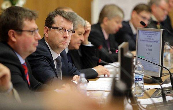 Druhý zleva Antonín Staněk. První zasedání nového olomouckého zastupitelstva