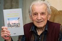 Znalec novodobé olomoucké historie Milan Tichák při představení jedné ze svých knih.
