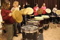 Ženy, které se na sobotním kurzu sešly, si vyzkoušely bubnování i tanec.