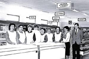 MEZI REGÁLY. Představení prodavaček při zahájení činnosti nákupního střediska Jednoty v Lašťanech v listopadu v roce 1987.