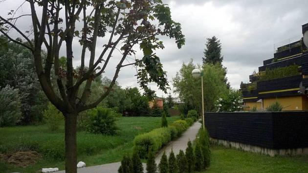 Pozemek u kaskádového domu v ulici Jarmily Glazarové, kde měly vyrůst rodinné domy
