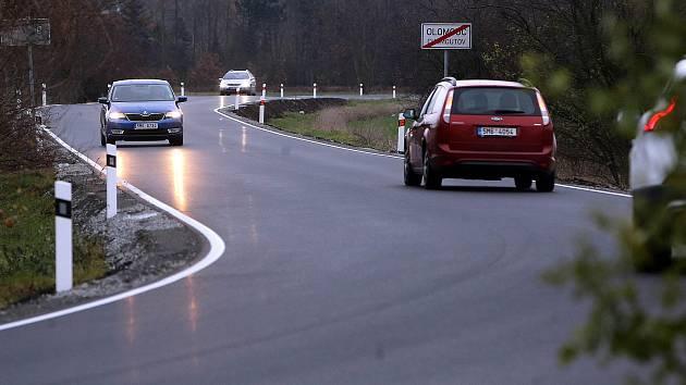 Na nově opravené silnici mezi Olomoucí a Chomoutovem chybí středová čára.