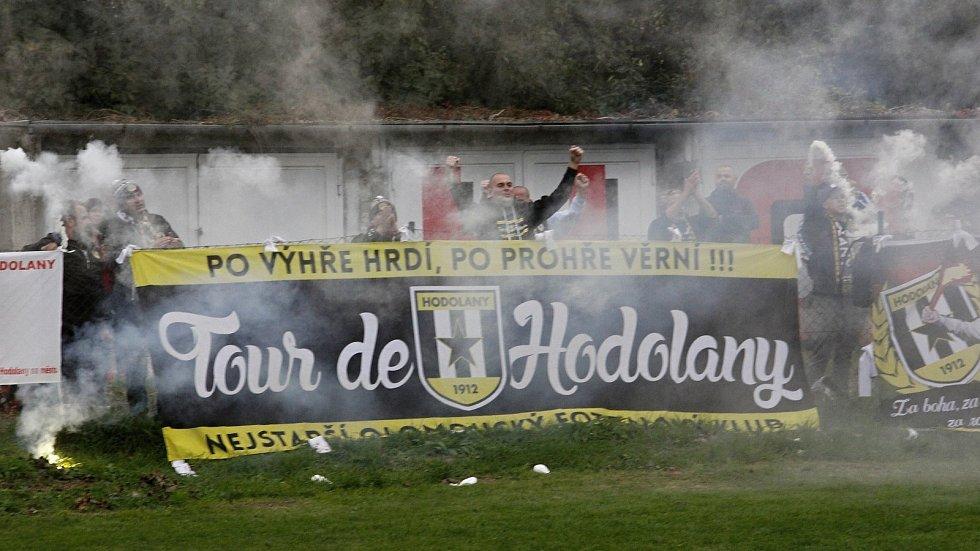 Fanoušci Sigmy Hodolany fandili přes plot od garáží.