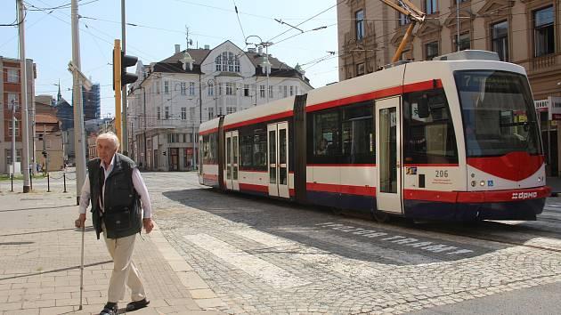 Stavební práce v Palackého ulici byly dokončeny dříve, ulice už je průjezdná také pro motoristy.