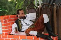 Sobotní divadelní představení o Ignáci Bystřickém v amfiteátru ve Velké Bystřici připomínalo pohádku O hloupém Honzovi.