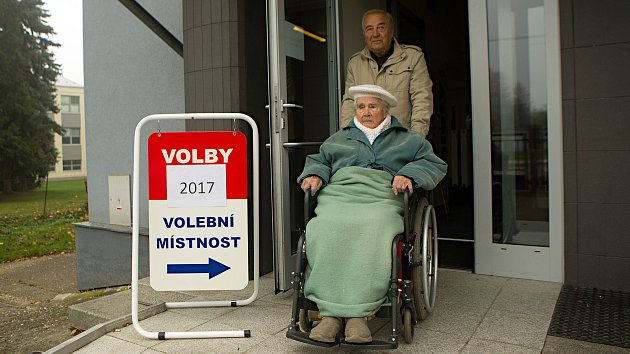 105letá Ludmila Vysloužilová ( ročník 1912 ) odvolila se svým synem Karlem v Čelechovicích na Hané