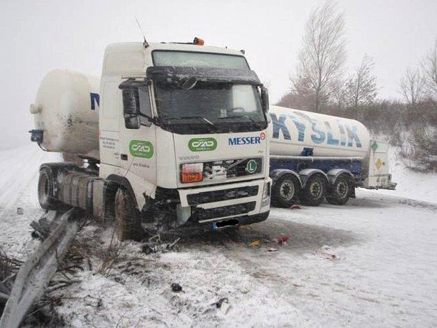 Nehoda cisterny na silnici R35