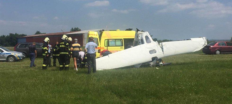 Ultralehké letadlo se zřítilo v areálu neředínského letiště