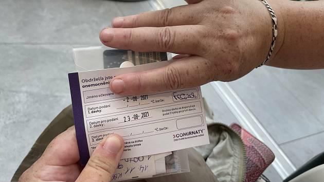 Paní Květoslava si očkování bez registrace v olomoucké Galerii Šantovka pochvalovala. Za deset minut byla venku, 2. srpna 2021