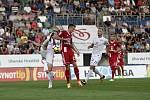 Olomoučtí fotbalisté (v červeném) remizovali se Slováckem 0:0Šimon Falta (v červeném, č. 20)