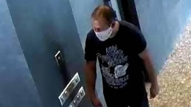 Neznámý muž zachycený 17. června 2020 v době krádeže bezpečnostní kamerou poškozené společnosti v Olomouci