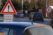 Kvůli stavbě je na silnici omezená rychlost.