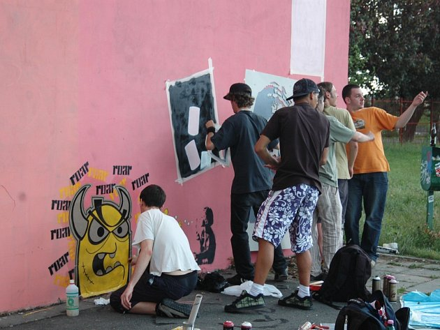 Tenisová zeď u olomoucké ZŠ Horákové září malbami tzv. street artu.