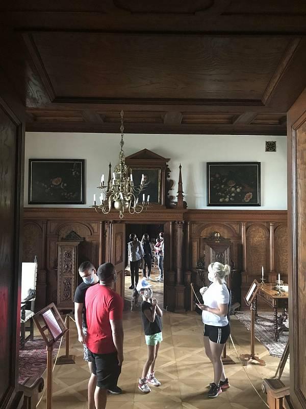 Hrad Bouzov opět dobývají turisté. V rouškách a s rozestupy. (6.června 2020)