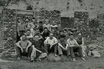 PRACANTI. Brigádníci a členové TJ Sokol Samotišky v roce 1961 postavili svépomocí šatny a sociální zařízení pro hřiště odbíjené.
