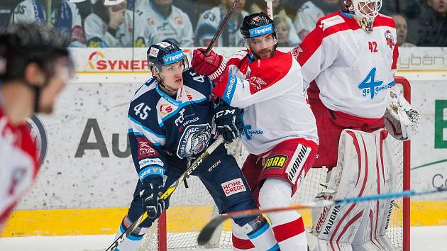 Bílí Tygři Liberec proti HC Olomouc. Vlevo Jan Ordoš a vpravo brankář Branislav Konrád.