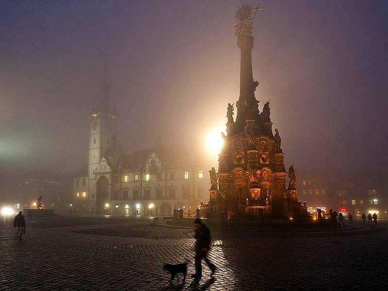 Mlhou zahalené Horní náměstí v Olomouci