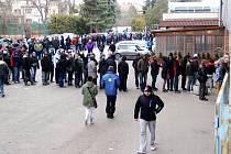 Fronta na vstupenky na čtvrtfinálový zápas s Plzní před olomouckým zimním stadionem