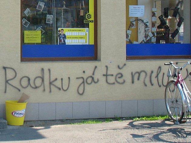 Neznámá autorka či autor nastříkal na fasádu domu v Uničově zamilovaný vzkaz