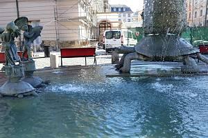 Napouštění Arionovy kašny na Horním náměstí v Olomouci ve čtvrtek 18. dubna.