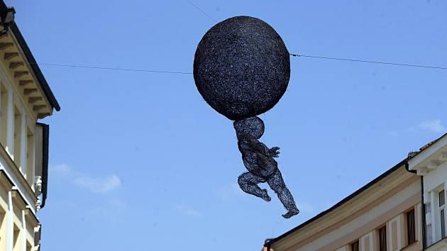 Euforie Veroniky Psotkové při instalaci na Horním náměstí v Olomouci