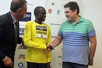 Olomoucký primátor Martin Novotný předává startovní číslo elitnímu běžci Johnovi Kiprotichovi