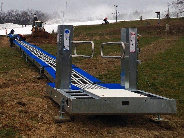 Ve Ski areálu Hlubočky montují pojízdný pás, který nahradí dosavadní lanový vlek