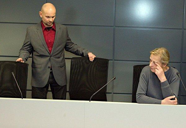 Prodejce závadného alkoholu Luděk Vejmola a prodavačka Jarmila Chýlková ukrajského soudu vOlomouci