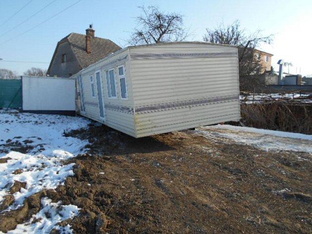 Mobilní dům se nepovedlo vpondělí odpoledne přemístit vOlomouci na zahradu.