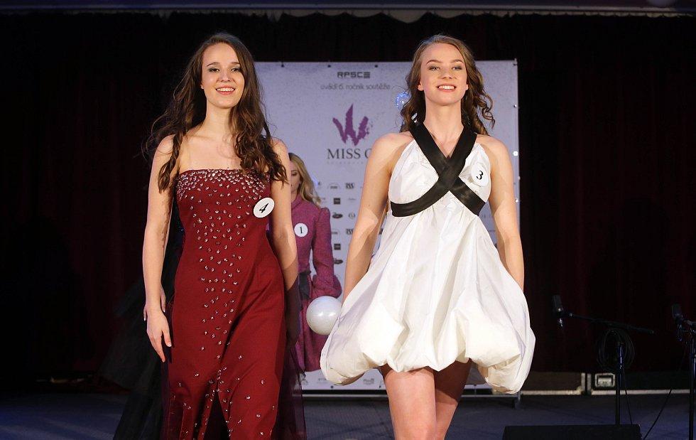 Lucie Petrželová (vpravo) a  Aneta Klára Gronychová. Semifinále 6.ročníku soutěže Miss OK ve Velké Bystřici.