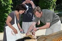 Rodinu Renaty Otáhalové přivítal i ředitel zoo Radomír Habáň (vpravo).