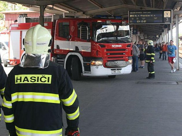 Požár vagonu osobního vlaku na olomouckém hlavním nádraží (16.5., 12:45)