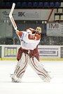 Olomoučtí hokejisté (v bílém) porazili Chomutov 1:0. Branislav Konrád.
