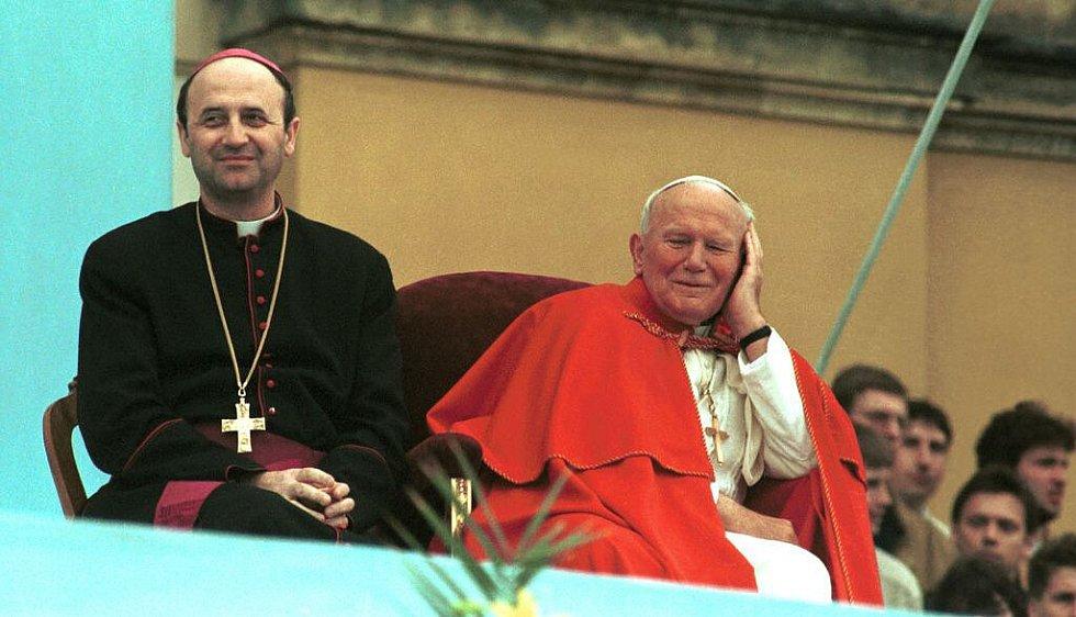Olomoucký arcibiskup Jan Graubner a papež Jan Pavel II. na setkání s mládeží na Svatém Kopečku