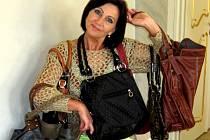 Senátorka Božena Sekaninová s částí kabelek, které věnovala na Kabelkový veletrh Deníku