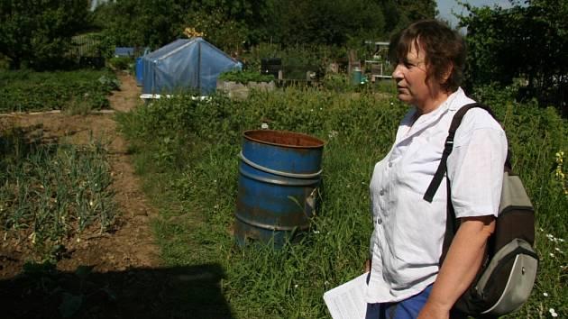 Vlasta Malinová prochází po zahradě, do které má zasahovat garáž.