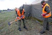 Uprchlický tábor pro 450 lidí cvičně budují ve vojenském výcvikovém prostoru Libavá příslušníci 153. ženijního praporu z Olomouce.
