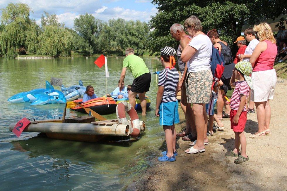 Nejrůznější plavidla rozčeřila vodu v majetínském rybníku Hliník.
