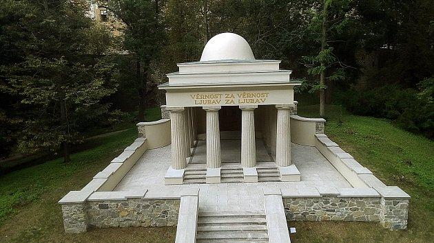 Nově opravené Jihoslovanské mauzoleum v Bezručových sadech v Olomouci.